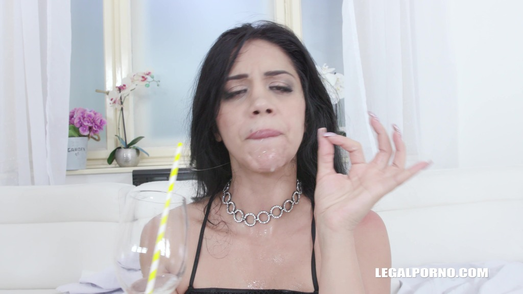 Julia De Lucia discovers african champagne and african cocktail IV521