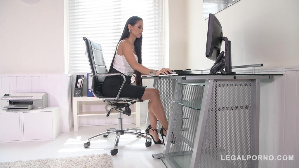 Andreina De Luxe lets her coworker penetrate her ass balls deep