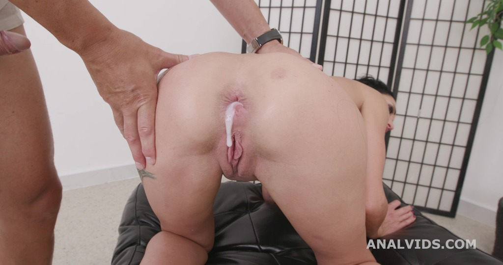 Naked Barefoot goes Wet, Laura Fiorentino, 4on1, ATM, DAP, Rough Sex, Gapes, ButtRose, Pee Drink, Squirt, Cum in Mouth GIO1901