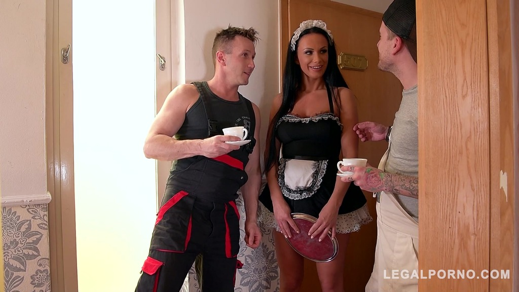 Deep double penetration in the hallway makes Samanta Blaze's asshole gape GP425