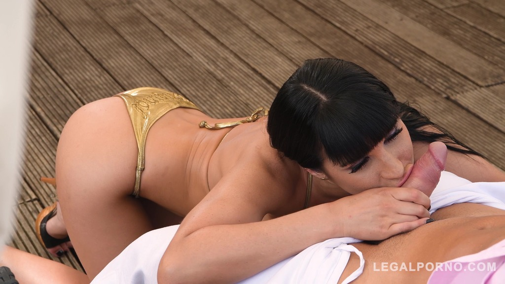 Busty glamour hottie Valentina Ricci rides thick veiny dick in the outdoors GP744