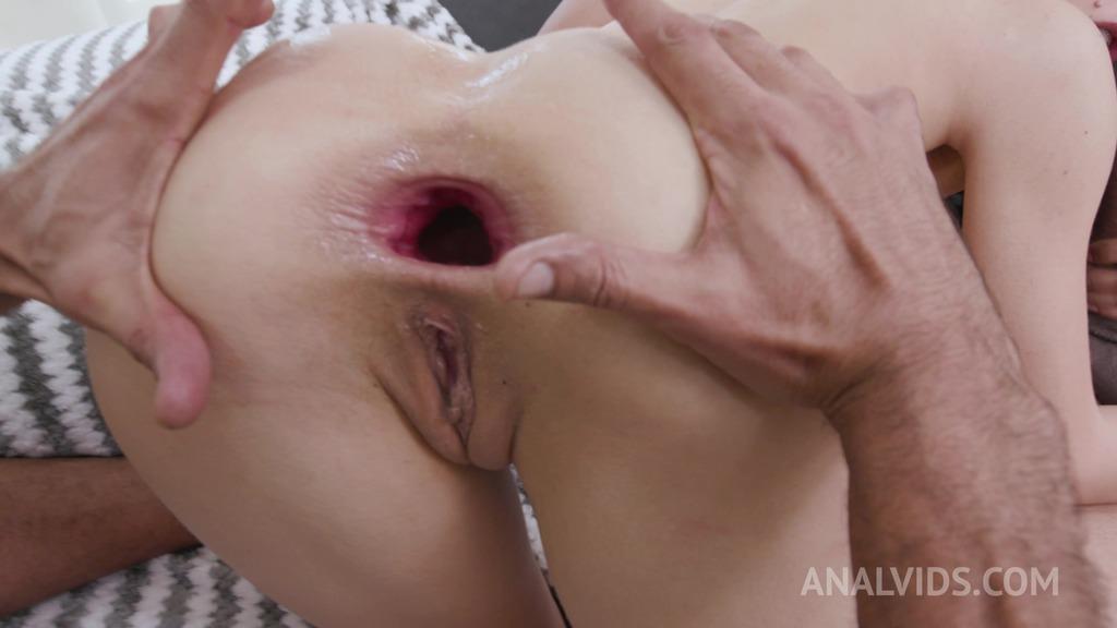 Colombian slut Alicia Trece enjoys threesome with 2 huge cocks YE023