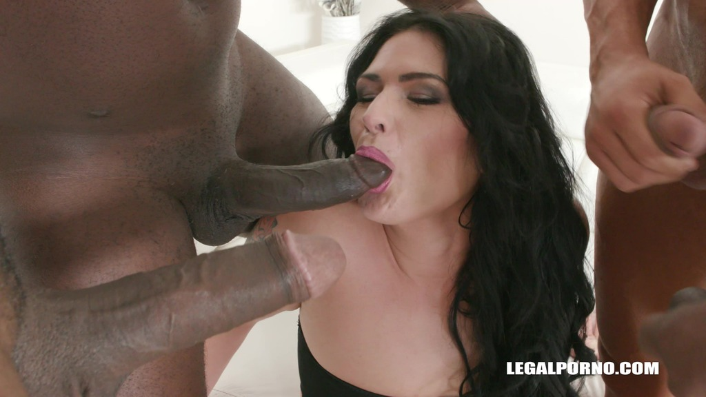 Melisa Cox is enjoying black cocks