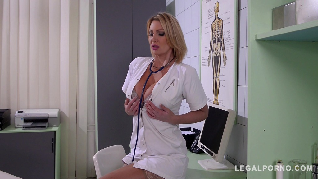 Doc Leigh Darby cures patient through big hard cock sucking