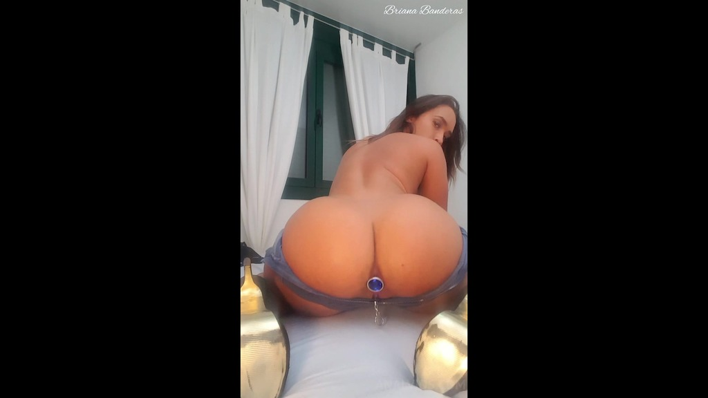Big ass with jeans short, butt plug and hitachi BRB020