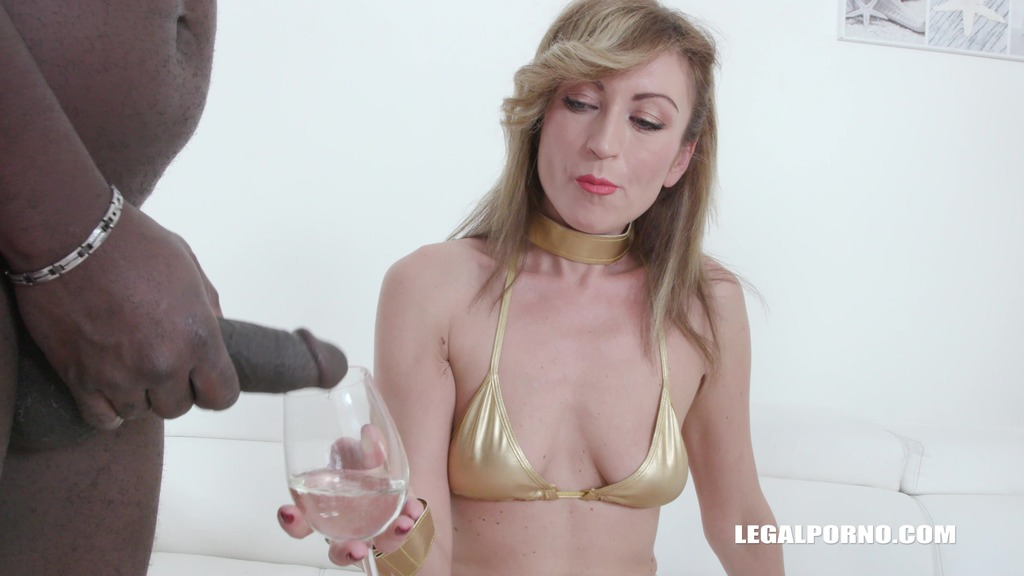 Julia North loves african champagne IV371